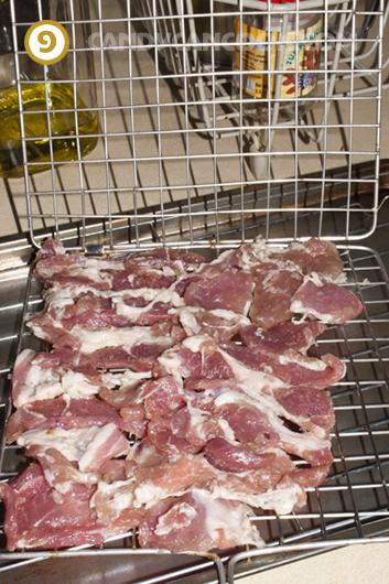 Xếp thịt vào vỉ nướng - Nhớ xếp miếng nạc và miếng mỡ xen kẽ nhau nhé :)
