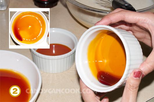 Đổ nước hàng / caramel vào khuôn và tráng tao thành một lớp mỏng