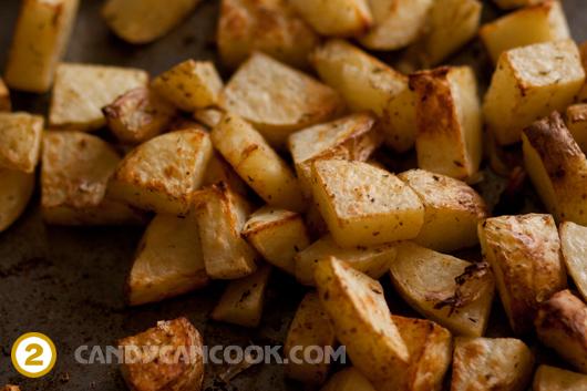 Nướng khoai tây tới khi khoai chín mềm bên trong mà vàng đều ở bên ngoài