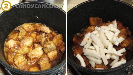Kho cho thịt thấm gia vị rồi cho dừa vào kho cùng
