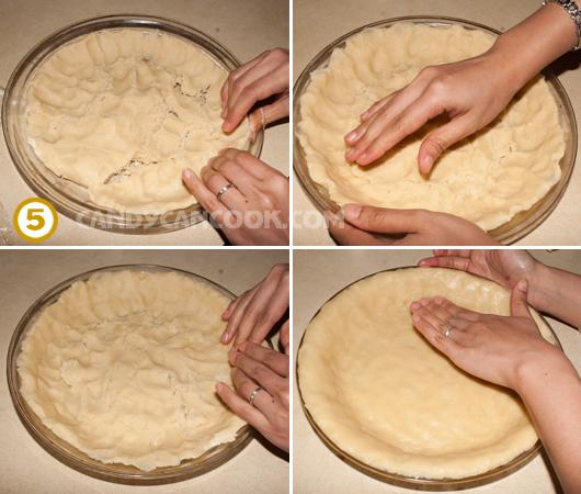 Dùng tay trải bột đều trên khuôn bánh