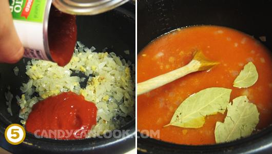 """Cho sốt cà chua, nước và lá """"bay leaf"""" vào"""