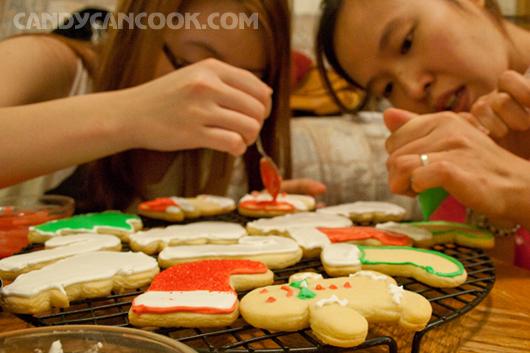 Mấy chị em cùng nhau trang trí bánh cho Noel