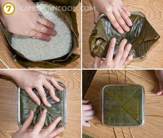 Gói bánh lại rồi nén và đổ bánh ra khỏi khuôn để buộc lại