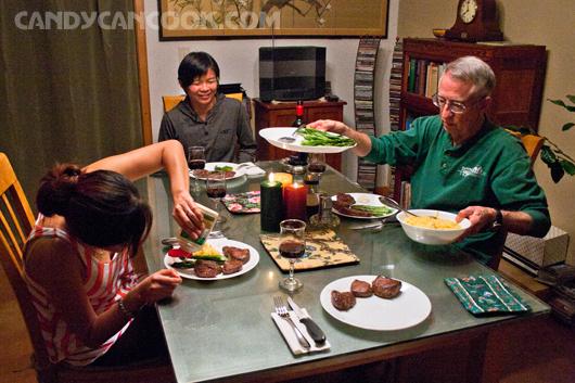 Mọi người rất bận rộn để chuẩn bị thưởng thức thịt thú rừng