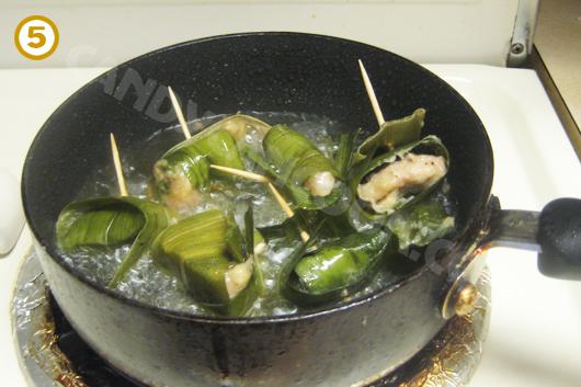 Rán gà cuốn lá dứa đã được hấp cho chín vàng