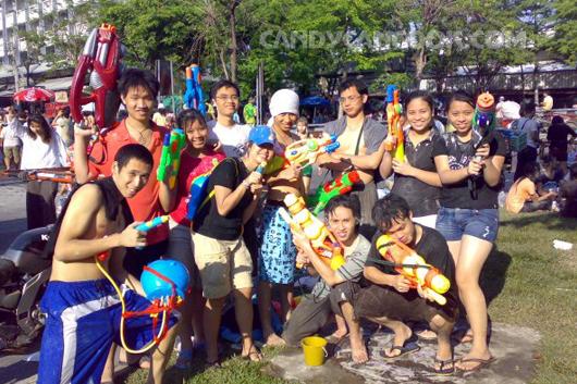 Đội đi chơi té nước Songkran cùng tớ năm đó