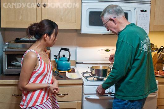 Ông Tom trò chuyện và chỉ cho tớ cách nấu polenta