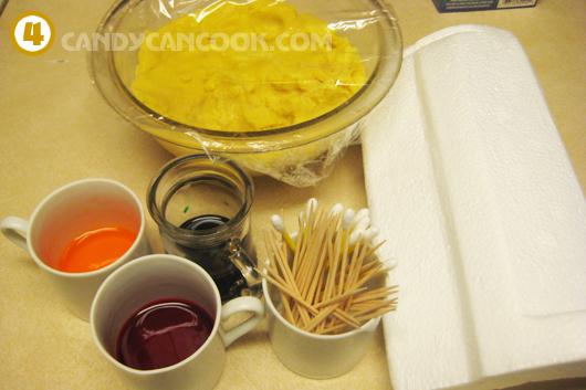 Chuẩn bị hết các dụng cụ cần thiết ra để nặn và tô màu bánh đậu xanh