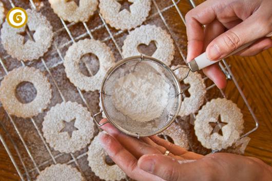 Rắc đường bột lên phần trên của bánh quy shortbread kẹp