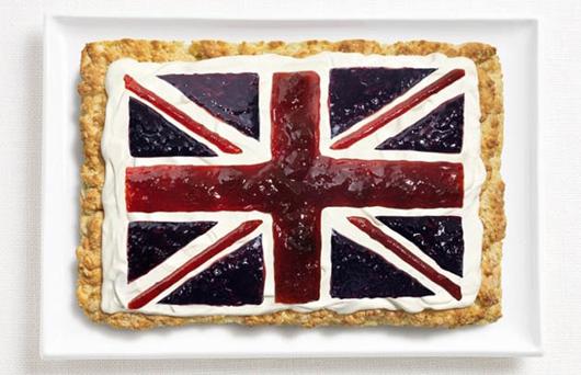 Cờ Anh làm từ bánh quy scone, mứt, và kem tươi