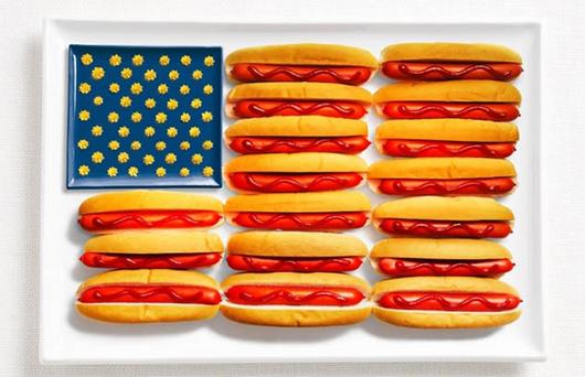 Cờ Mỹ làm bằng hot dog, sốt mù tạt, và tương cà chua
