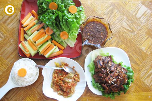Chuẩn bị các nguyên liệu ăn cùng với thịt nướng BBQ kiểu Hàn Quốc :)