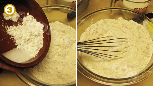 Trộn các nguyên liệu khô gồm: bột, muối và bột nở cho thật đều
