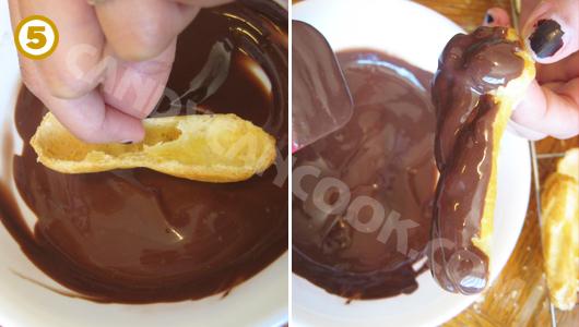 """Nhúng phần lớp trên - """"nắp"""" của bánh vào socola"""