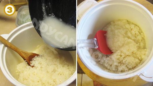 Đổ nước cốt dừa nóng vào xôi nóng vừa nấu xong