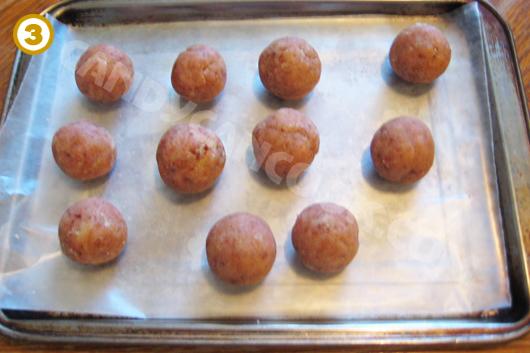 Nặn hỗn hợp bánh thành những hình tròn nhỏ và để vào tủ lạnh cho cứng