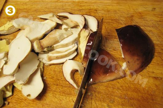 Thái nấm thành miếng vừa ăn nhưng không quá nhỏ