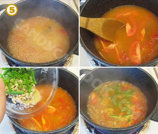 Đổ nước vừa ăn rồi cho nốt chỗ cà chua còn lại, cho hến xào và hành lá, thì là là hoàn tất