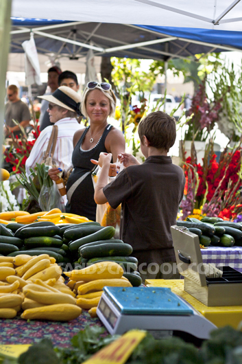 Ai cũng háo hức tham gia chợ Nông Dân (Farmers' Market)