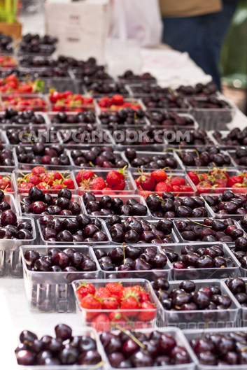 Cherries và dâu tươi ngon được bày bán ở chợ Nông Dân (Farmers' Market)