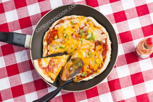 Mời cả nhà thưởng thức miếng pizza nóng hỏi bằng chảo