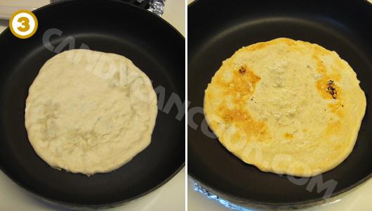 Làm nóng chảo, cho bột lên nướng một mặt rồi lật mặt thứ hai