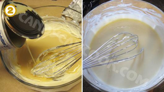 Đổ sữa đặc vào rồi đánh đều cùng với phô mai (cream cheese)