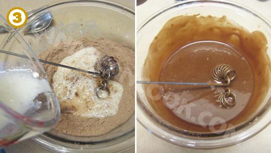 Trộn đều nguyên liệu khô và ướt với nhau cho tới khi bột mượt mịn