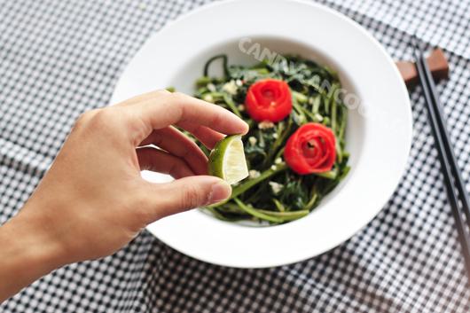 Một chút chanh sẽ làm khác biệt món rau muống xào tỏi ;)