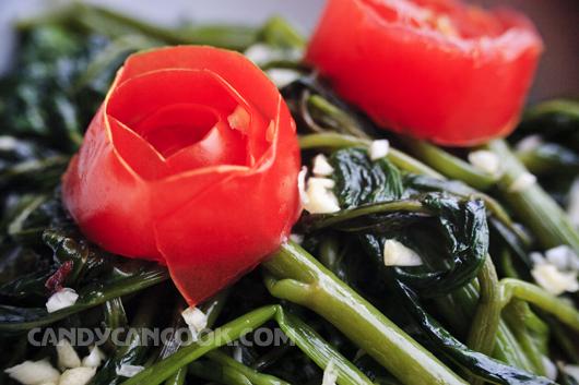 Tặng hai bông hoa trên đĩa rau muống xào tỏi cho các chị em nhân ngày 20/10