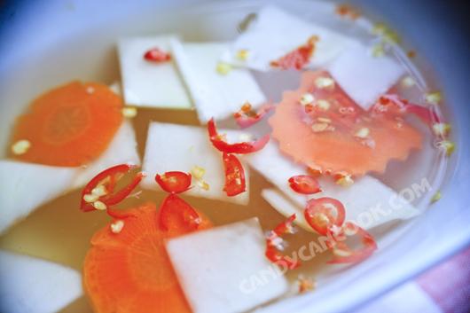 Nước mắm chua ngọt và đồ chua (dưa góp) để chan vào bún bò Nam Bộ