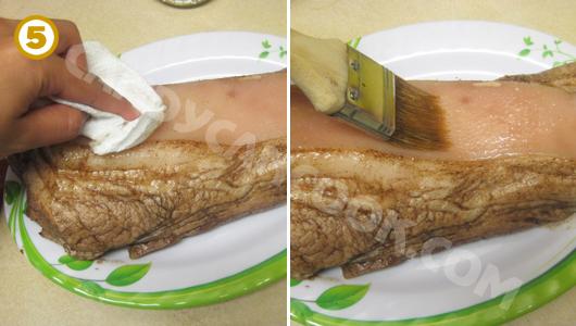 Lau khô sạch phần bì rồi quết một lớp hỗn dấm muối