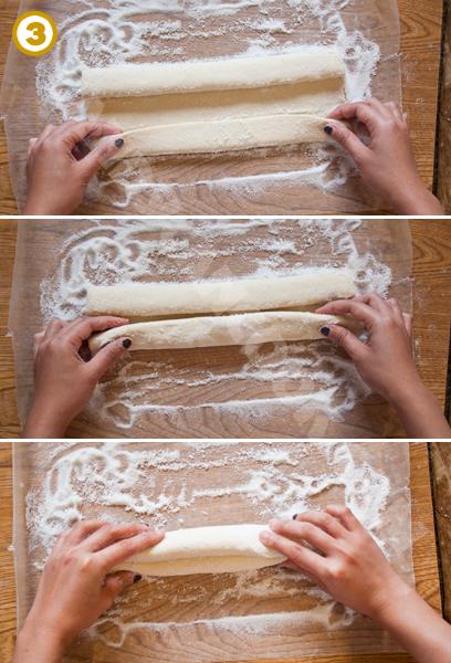 Cách cuộn bột từ hai mép bột cho đều