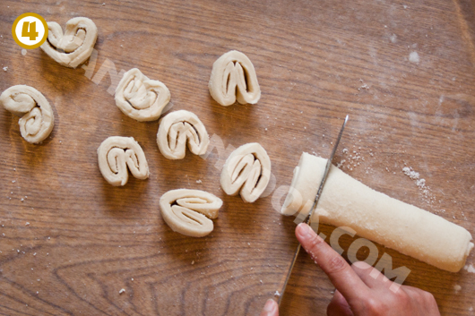 Cắt bột thành từng miếng bánh có độ dày chừng 1 đốt ngón tay