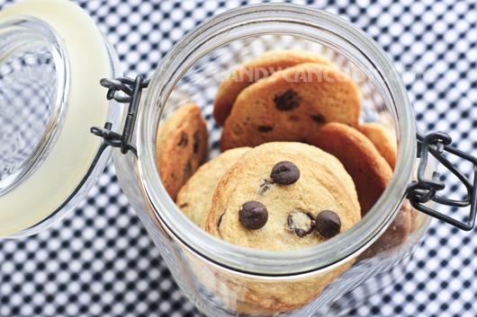 Bảo quản bánh chocolate chip cookies trong lọ kín để giữ độ giòn mềm cho bánh