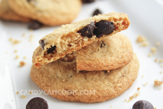 Cắn miếng chocolate chip cookies để cảm nhận sô-cô-la tan chảy trong miệng