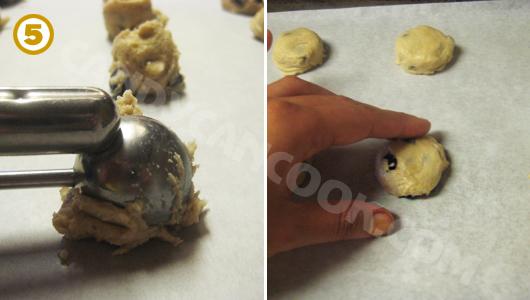 Múc bột và tạo hình bánh lên khay nướng