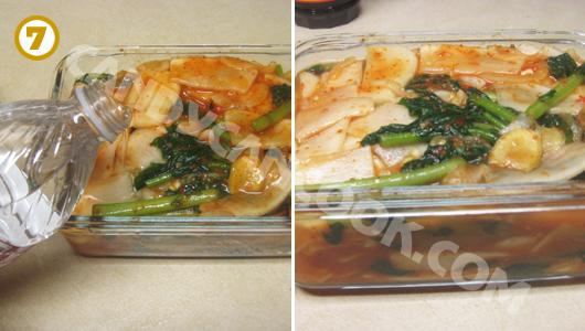 Đổ thêm nước lọc vào kim chi củ cải non
