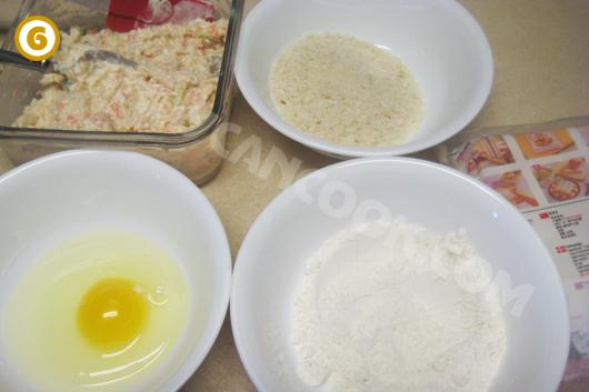 Chuẩn bị các nguyên liệu để gói và rán nem hải sản