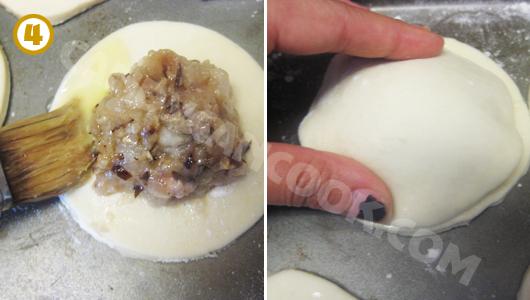 Quết trứng ở viền bột và đặt một lớp bột lên trên