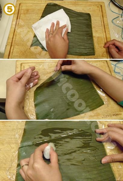 Chuẩn bị lá chuối để gói bánh tẻ