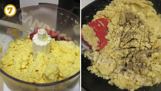 Xay hoặc tán đậu xanh đã hấp chín và cho vào chảo xào thơm