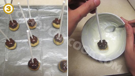 Để viên bánh nghỉ cho lớp sô-cô-la đen đông lại và tiếp tục nhúng phần còn lại với màu trắng