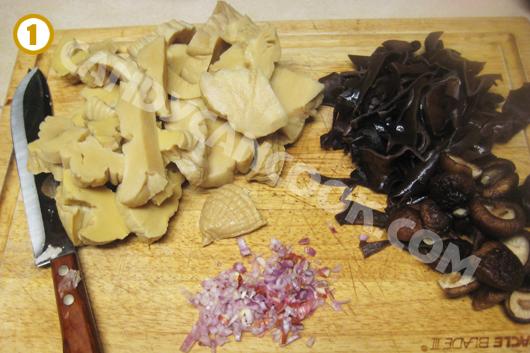 Sơ chế chuẩn bị sẵn măng khô, mộc nhĩ nấm hương và hành khô