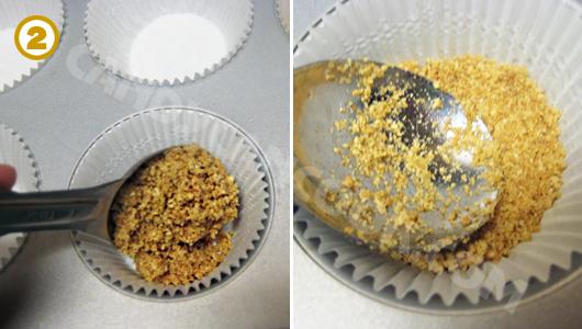 Múc mỗi khuôn khoảng 1 thìa bánh quy đã trộn bơ