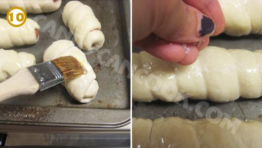Xếp bánh lên khay rồi phết bơ và rắc muối lên bề mặt