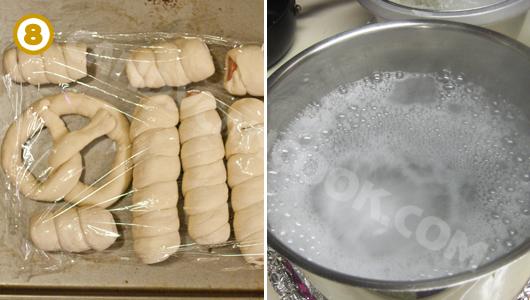 Để bánh nghỉ và chuẩn bị nước sôi với baking soda để trần bánh