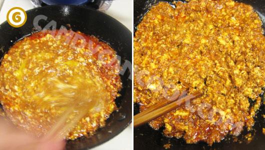 Đảo cho trứng đánh đều và ch lửa thật nhỏ để gạch cua hơi đông lại