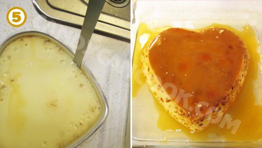Dùng dao khía quanh khuôn để chuẩn bị lấy bánh flan ra và đặt lên khuôn rau câu